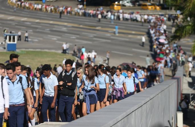 Hàng người dài đến viếng cựu Chủ tịch Cuba Fidel Castro. Ảnh: REUTERS