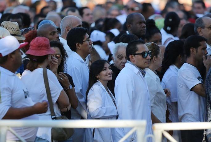 Các du khách nước ngoài tại quảng trường. Ảnh: REUTERS