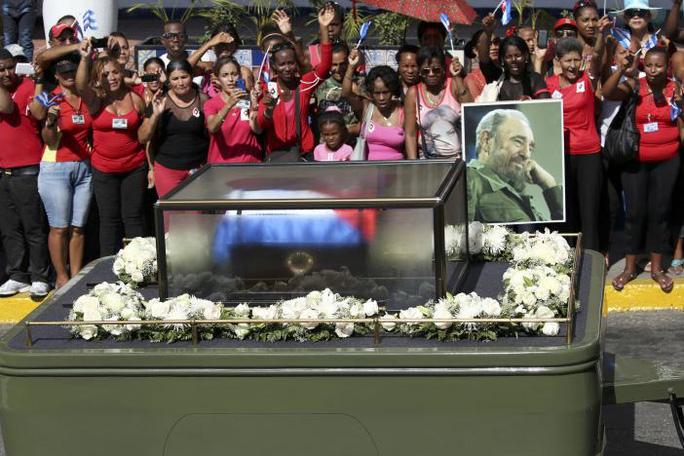 Tro cốt của lãnh tụ Fidel Castro đến TP Santiago hôm 3-12. Ảnh: Reuters
