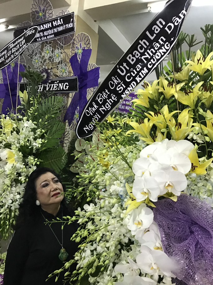Lẵng hoa của kỳ nữ Kim Cương viếng tang lễ sầu nữ Út Bạch Lan