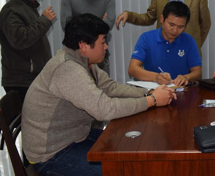 Nguyễn Hoài Tâm (trái) bị thẩm vấn sau khi sa lưới. Ảnh: QUANG NHẬT