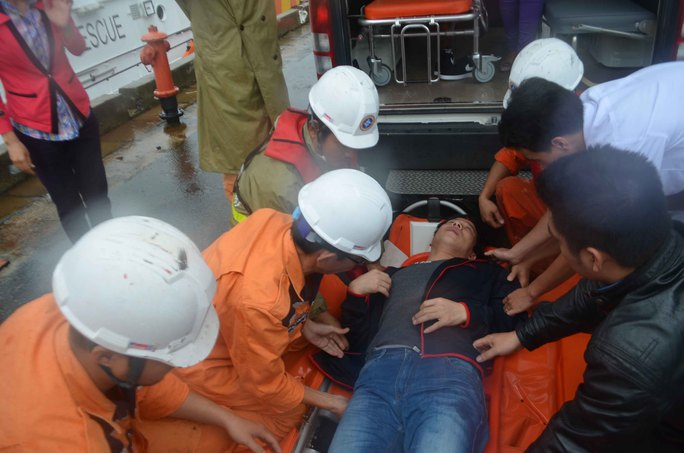 Lực lượng cứu nạn của tàu SAR 412 đưa thuyền viên người Trung Quốc vào bờ cấp cứu. Ảnh: Danang MRCC