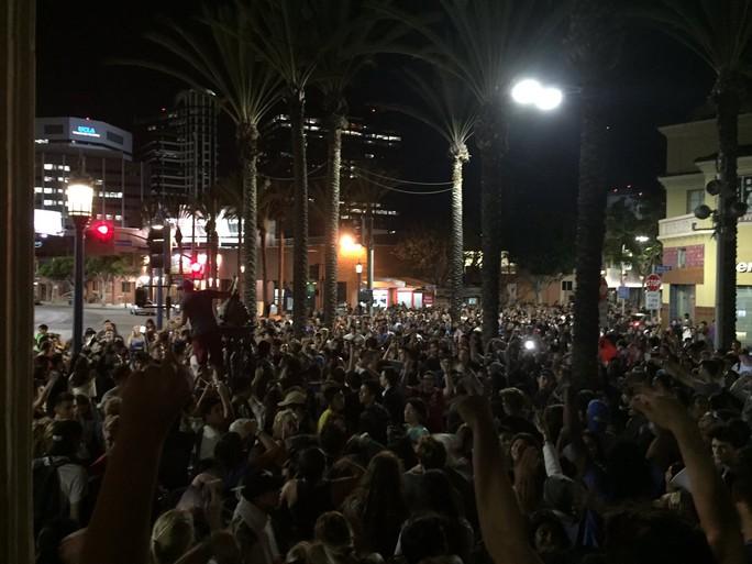 Hàng ngàn người phản đối ông Trump ngay khi cuộc bầu cử kết thúc. Ảnh: Twitter