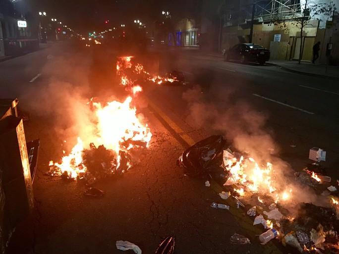 Người biểu tình đốt lửa trên đường ở bang California. Ảnh: Twitter