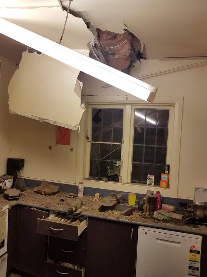 Nhà cửa bị hư hại trong trận động đất. Ảnh: Twitter