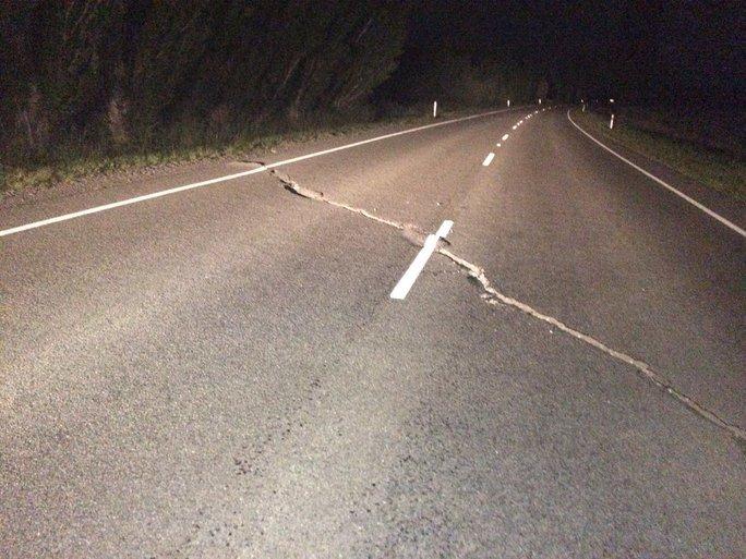 Vết nứt trên đường ở thị trấn Cheviot. Ảnh: Twitter