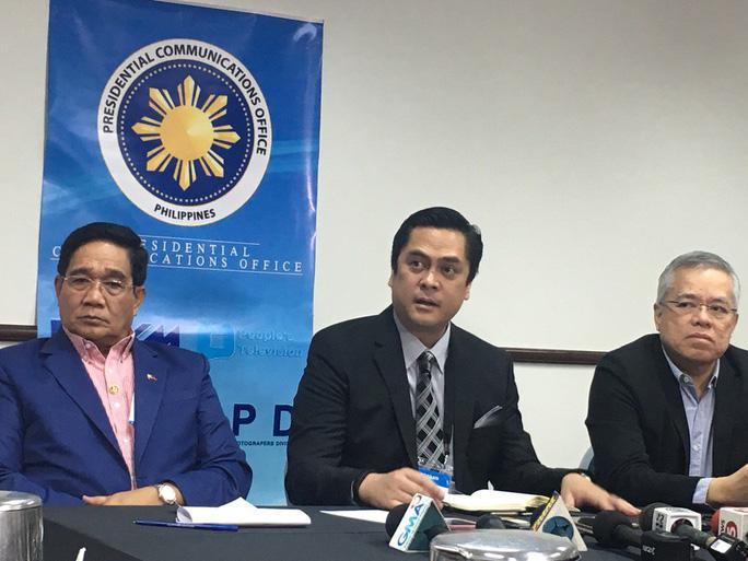Ông Martin Andanar, thư ký truyền thông của tổng thống Philippines (giữa). Ảnh: Twitter