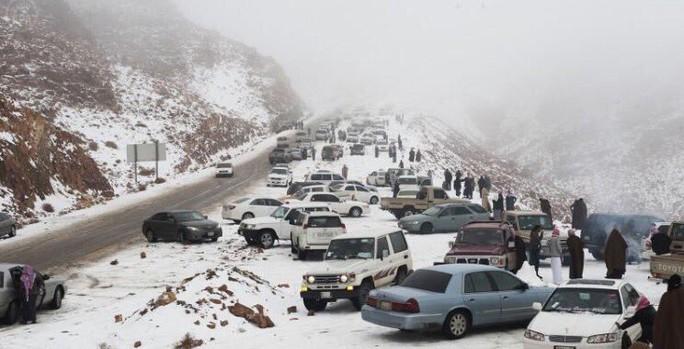 Nhiều xe tấp vào bên đường ở khu vực miền Bắc. Ảnh: Twitter