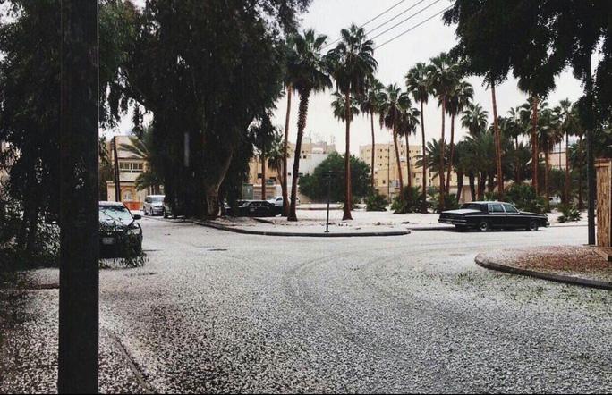 Những lớp tuyết mỏng trên đường phố. Ảnh: Twitter