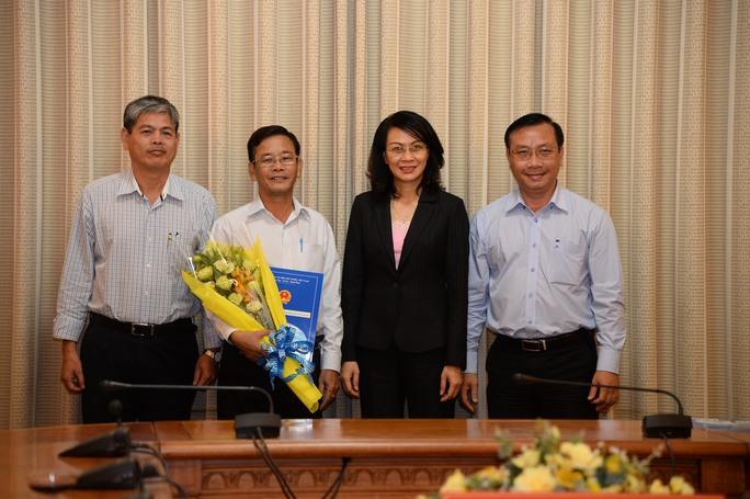 Phó Chủ tịch UBND TP HCM Nguyễn Thị Thu trao quyết định cho ông Trần Quang Thảo