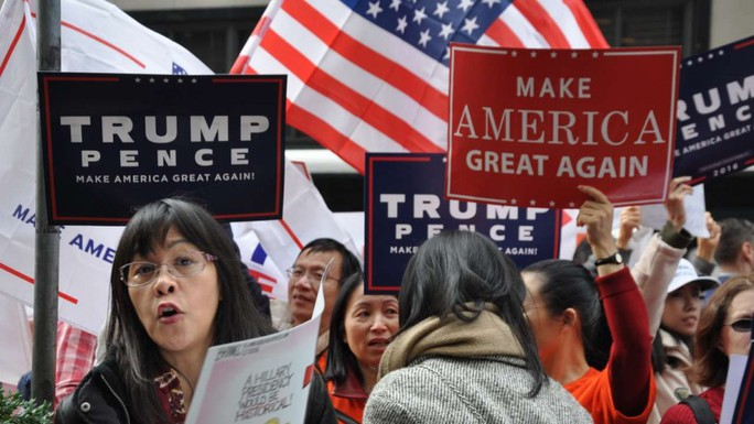 Hàng trăm người gốc Trung Quốc tuần hành ủng hộ ông Trump. Ảnh: SCMP