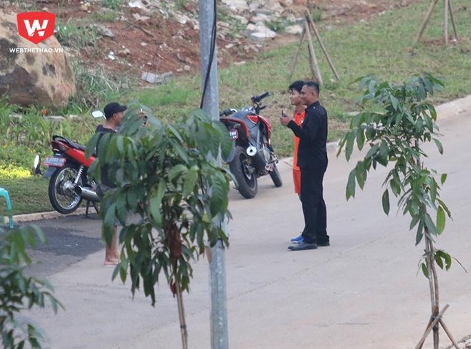 Công Phượng đang chạy thì các CĐV Indonesia lao đến chặn đường, xin chụp ảnh kỷ niệm