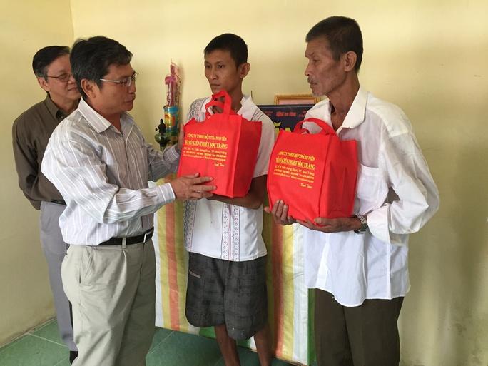 Đại diện Công ty TNHH một thành viên Xổ số kiến thiết Sóc Trăng tặng quà cho gia đình Bé Cụt