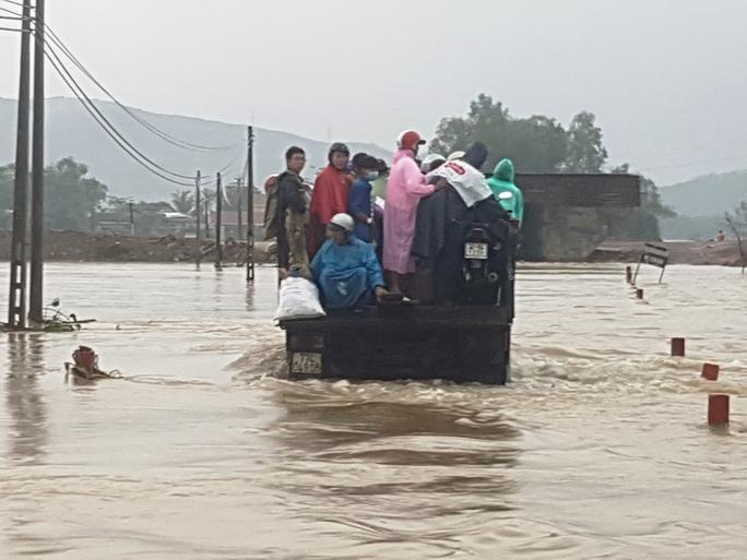 Do đường bị nước ngập chia cắt nên người dân phải đi lại bằng xe tải
