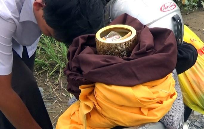 Để cảnh báo, PV Báo Người Lao Động đã trong vai một sư đi khất thực và được nhiều người cho tiền, nhưng sau đó được trả lại tiền.