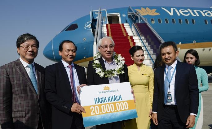 Hành khách thứ 20 triệu là ông Mamoru Kato, quốc tịch Nhật Bản - Ảnh: Ngọc Hằng
