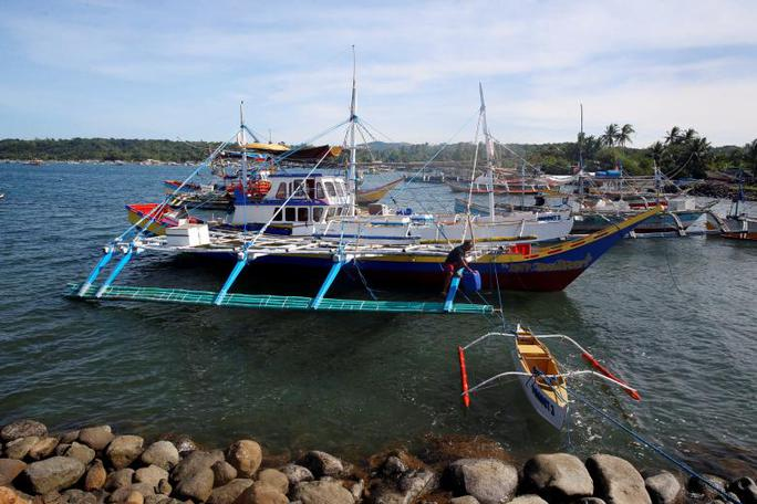 Ngư dân Philippines chuẩn bị đến bãi cạn Scarborough đánh bắt cá. Ảnh: REUTERS