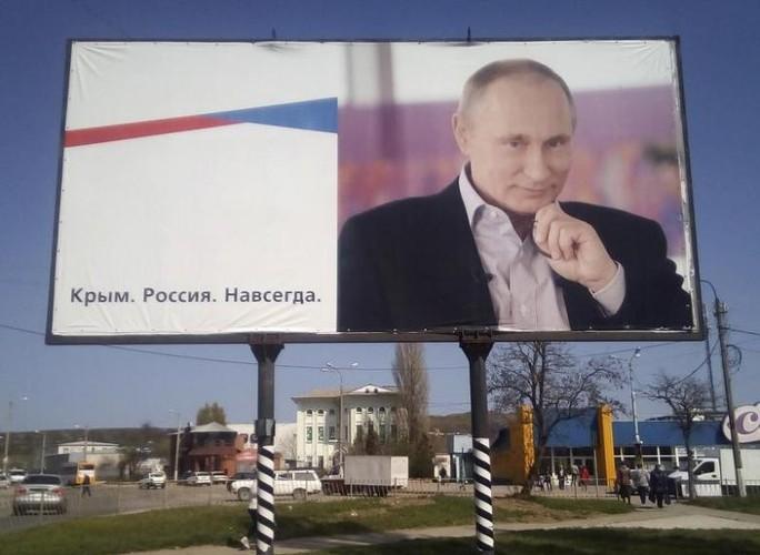 Một tấm biển in hình Tổng thống Vladimir Putin được treo tại Crimea. Ảnh: REUTERS