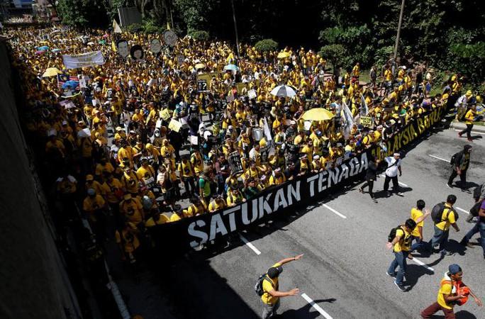 Người biểu tình đổ xuống đường ở thủ đô Kuala Lumpur - Malaysia. Ảnh: REUTERS