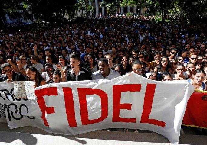 Sinh viên Trường ĐH Havana tỏ lòng kính trọng với ông Fidel Castro tại Quảng trường Cách mạng. Ảnh: REUTERS