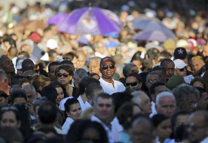 Hàng ngàn người đứng chờ dưới cái nắng gay gắt. Ảnh: REUTERS