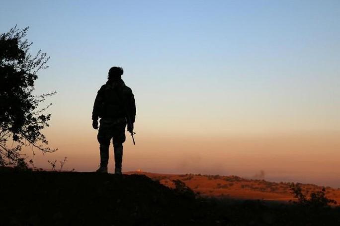 Một phiến quân ở Quneitra - Syria. Ảnh: Reuters