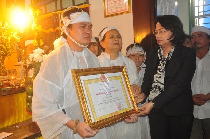 Phó Chủ tịch nước Đặng Thị Ngọc Thịnh trao Huân chương Lao động hạng Nhì cho đại diện gia đình cố đại biểu Ngô Văn Minh