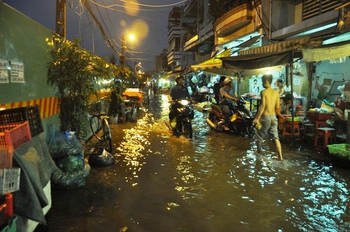 Sinh hoạt của người dân bị đảo lộn do nước ngập gây ra