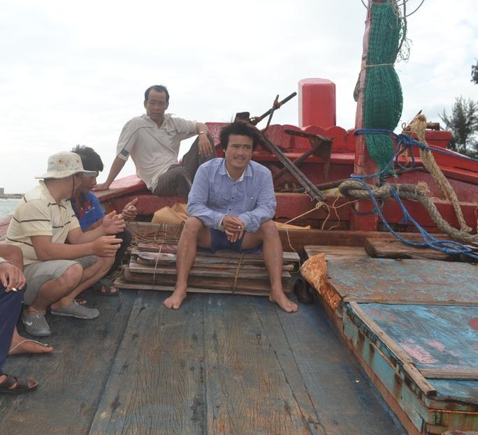 Ngư dân vào đến bờ vẫn chưa hết hoảng sợ kể lại vụ bị tàu Trung Quốc đập, cướp tài sản