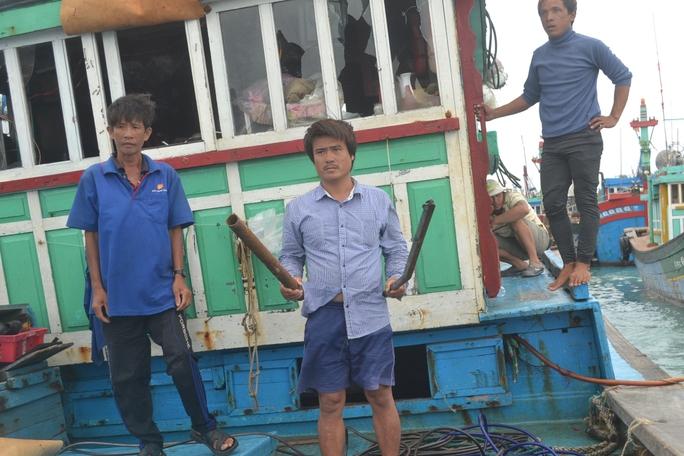 Sau khi dùng tuýp đánh đập phá tàu, phía tàu Trung Quốc đã bỏ lại tuýp sắt và được ngư dân đưa về làm bằng chứng