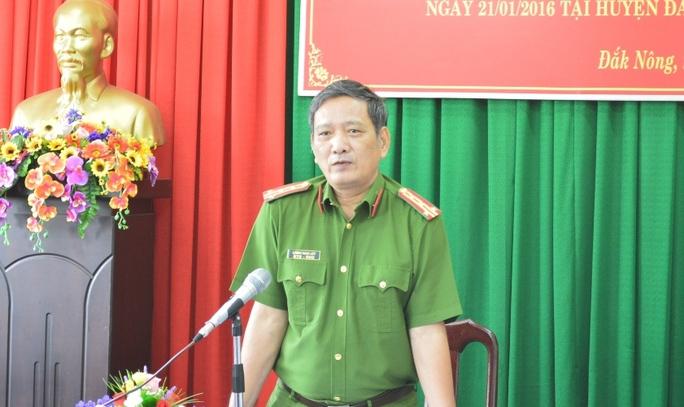 Đại tá Lương Ngọc Lếp trả lời các câu hỏi của phóng viên tại buổi họp báo