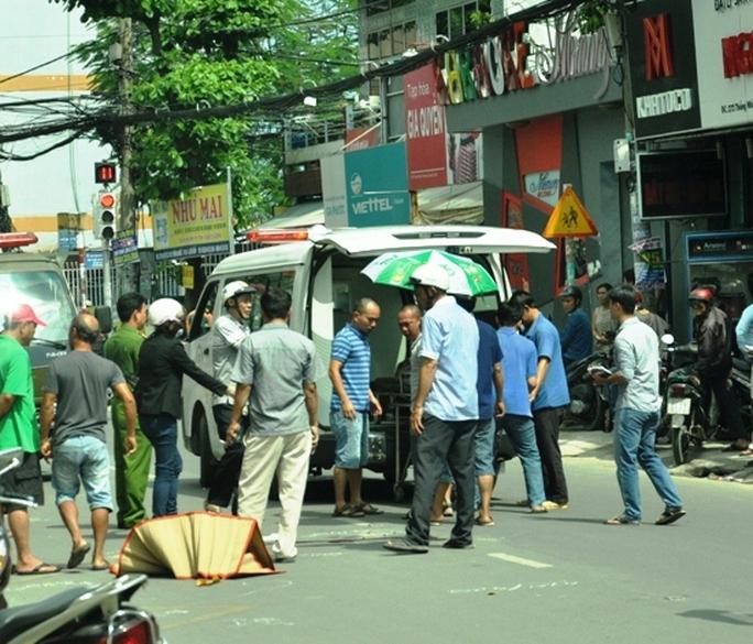 Thi thể nạn nhân được chuyển lên xe cứu thương, đưa về nhà xác