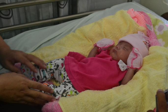 Bé gái Tạ Lê Mỹ Bình bụ bẫm, khỏe mạnh trong ngày xuất viện.