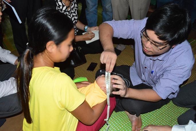 Bác sĩ kiểm tra vòng đầu của bé HL. M.