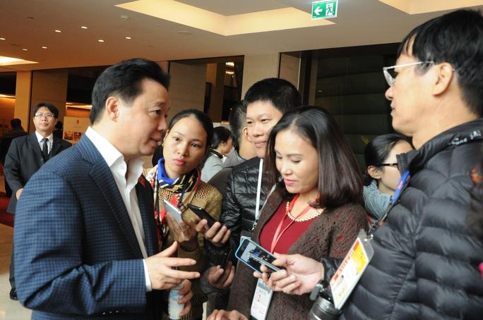 Bộ trưởng Bộ Tài nguyên và Môi trường Trần Hồng Hà trả lời báo chí bên hành lang QH sáng 10-11 - Ảnh: V. Duẩn