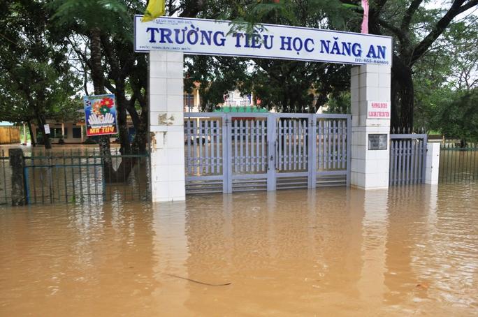 Trường Tiểu học Năng An, xã Đức Nhuận, huyện Mộ Đức bị ngập sâu trong sáng 6-12. Ảnh: Tử Trực