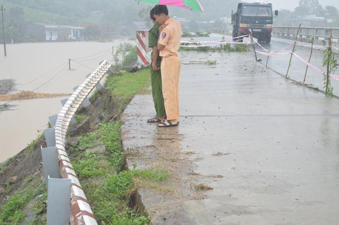 Nhiều tuyến đường giao thông bị sạt lở nghiêm trọng
