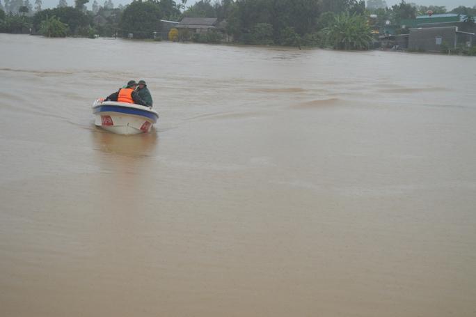 Lực lượng cứu hộ đưa những người dân qua khu vực ngập lụt