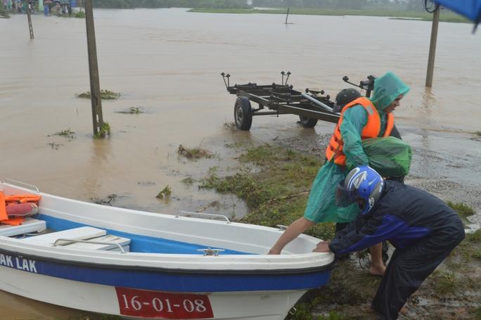 Những trường hợp khẩn cấp được lực lượng chức năng dùng ca nô đưa qua khu vực ngập