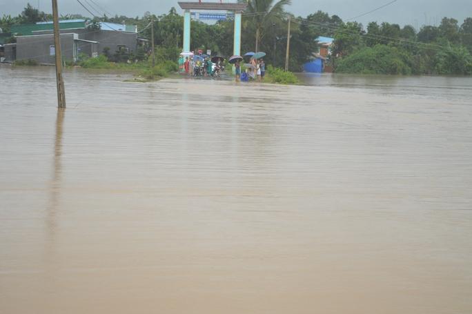 Nhiều người dân chờ được qua khu vực ngập
