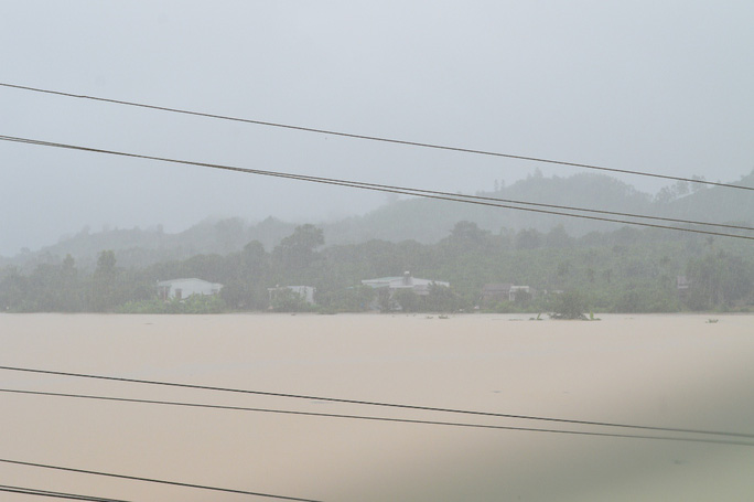 Đến chiều 4-11, nhiều địa bàn tỉnh Đắk Lắk mưa vẫn còn lớn, nước vẫn đang dâng cao