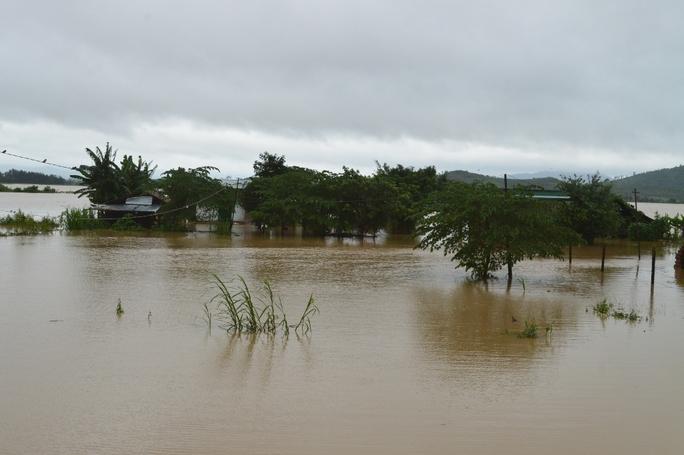 Hàng ngàn ngôi nhà ngập sâu trong nước lũ