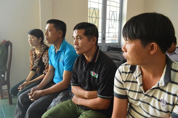Ông Trần Văn Thanh (thứ 2 từ phải qua) bị thương tích 90%