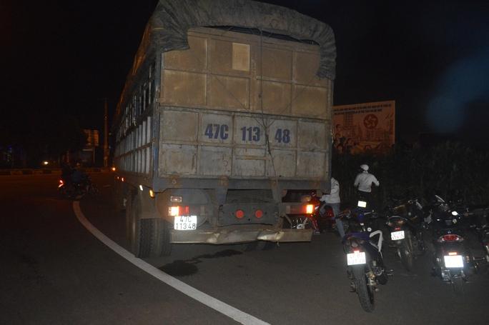 Người dân đuổi theo yêu cầu tài xế đưa xe tải về hiện trường