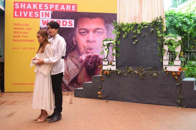 Nguyễn Trần Thiên Tứ trong vai Romeo và Nguyễn Thị Bình vào vai Juliet