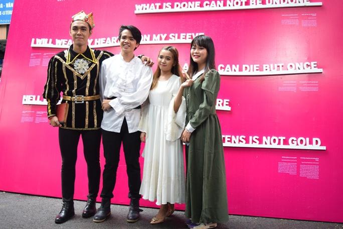Các diễn viên của trích đoạn Romeo và Juliet tại triển lãm văn học Shakespeare