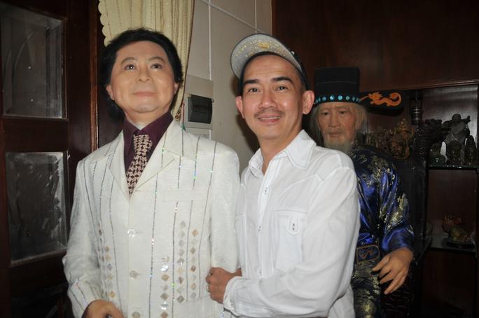 Ca sĩ Minh Thuận bên bức tượng sáp của NSND Thanh Tòng