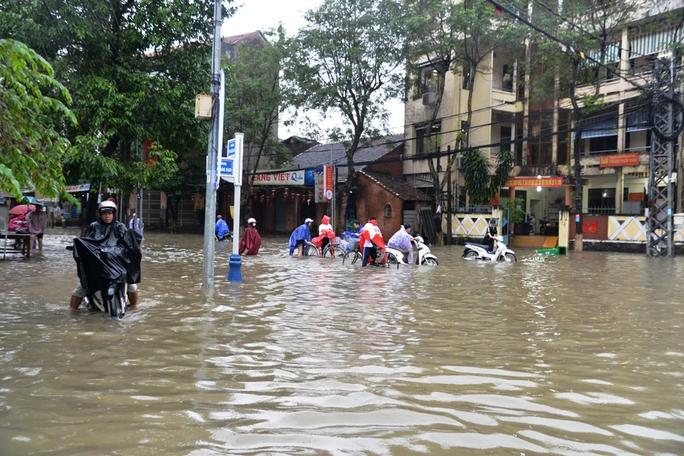 Hàng chục tuyến đường trung tâm TP Quảng Ngãi bị ngập nặng do mưa lớn. Ảnh: Tử Trực