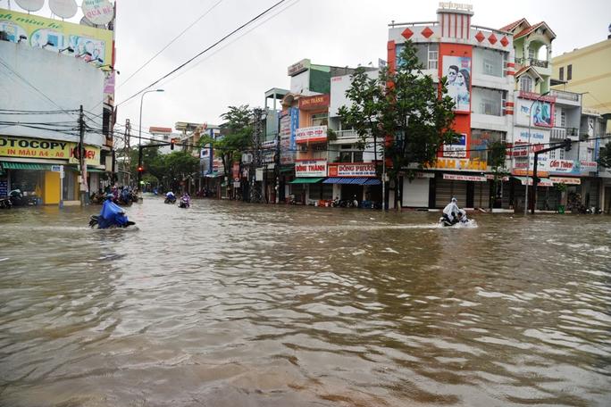 Đường Quang Trung bị ngập sâu trong nước sáng 15-12. Ảnh: Tử Trực
