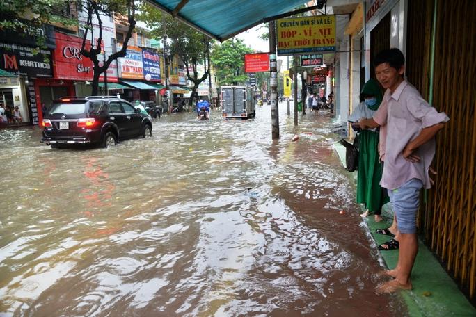 Hàng trăm công ty, cửa hàng phải đóng cửa vì bị ngập sâu trong nước. Ảnh: Tử Trực
